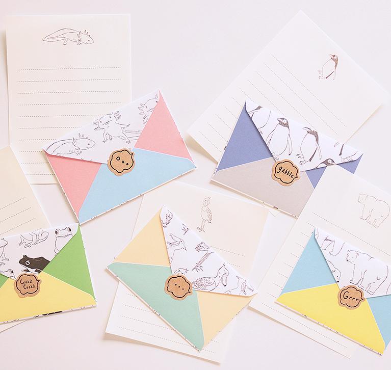 カラフルな封筒が楽しいミニレターセット。宛名面の吹き出しに名前やメッセージを入れて。